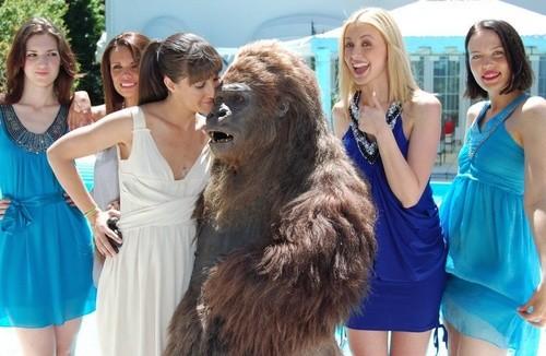 Victoria Cabello in una scena della sitcom web A un pelo dalla Victoria