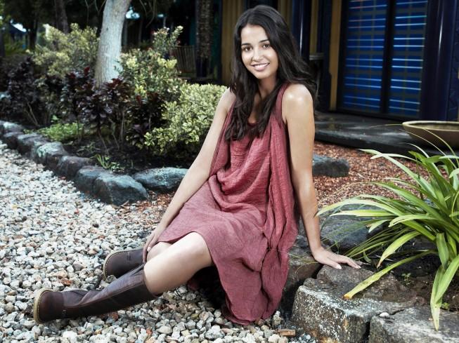 Naomi Scott è Maddy Shannon in una foto promozionale della serie Terra Nova