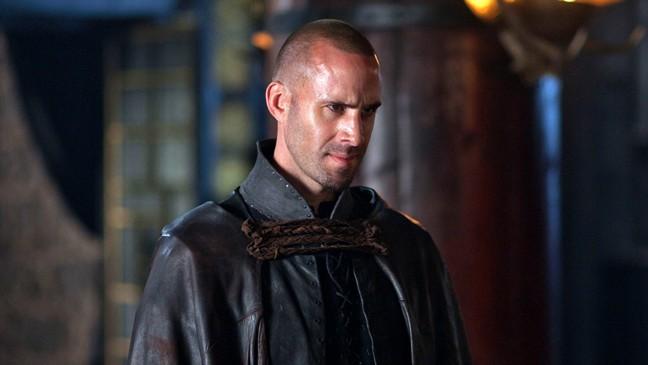 Joseph Fiennes nel ruolo del mago Merlino in Camelot