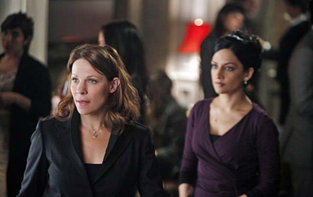Archie Panjabi e Lili Taylor nell'episodio Poisoned Pill di The Good Wife