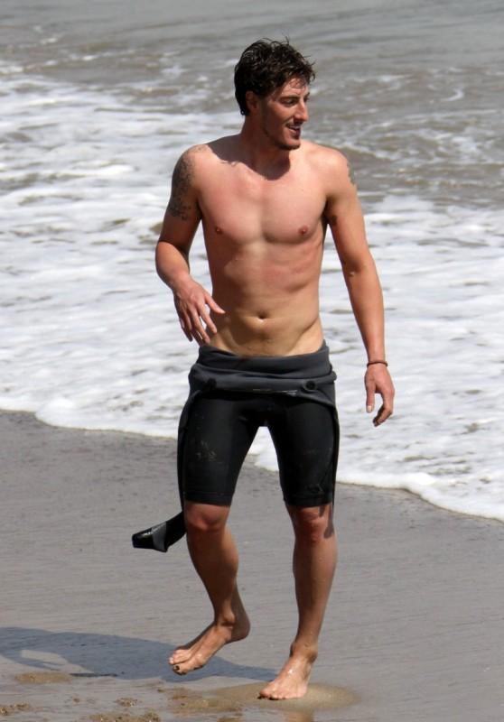 Eric Balfour in spiaggia con amici