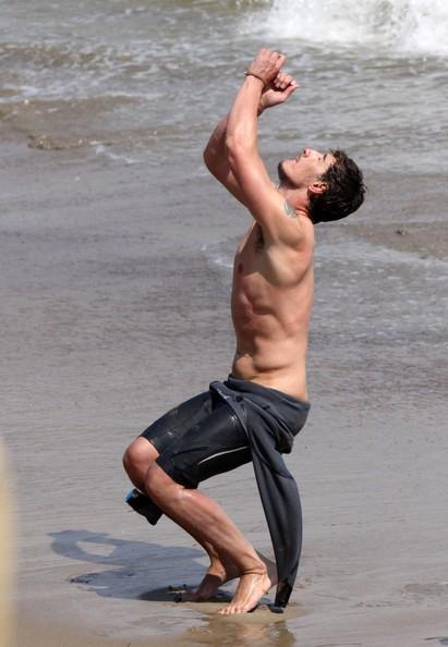 Eric Balfour si diverte in spiaggia