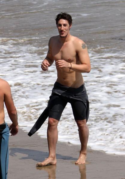 Eric Balfour si diverte in spiaggia con amici