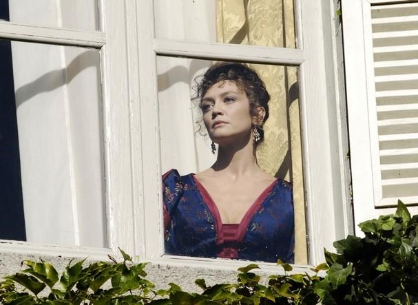 Francesca Cavallin alla finestra nella fiction Rossella