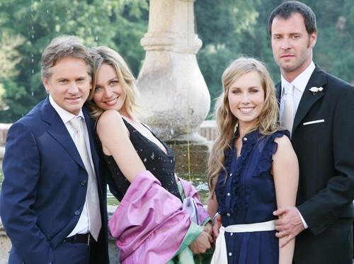 Giulio Scarpati, Francesca Cavallin, Margot Sikabony e Pietro Sermonti in una foto promo per Un medico in famiglia