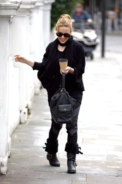 Kylie Minogue lascia l'appartamento di Londra