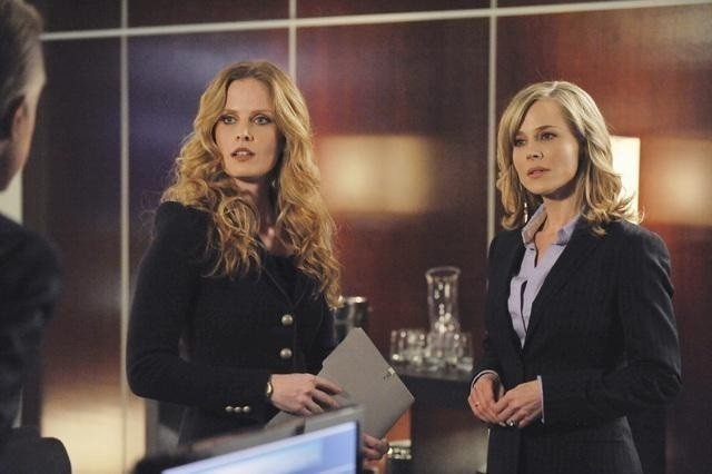 Rebecca Mader e Julie Benz nell'episodio No Ordinary Brother di No Ordinary Family
