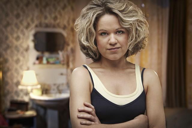 Sinead Keenan è la licantropa Nina in una foto promozionale della stagione 3 di Being Human