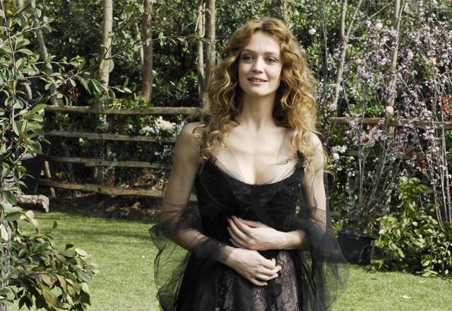 Una sensuale Francesca Cavallin interpreta Sophie nella fiction televisiva Rossella