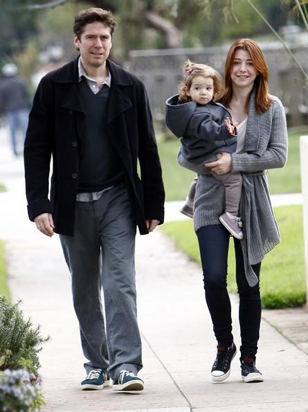 Alexis Denisof e Alyson Hannigan con la figlia Satyana passeggiano in Brentwood