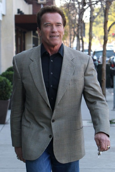 Arnold Schwarzenegger sembra sereno mentre lascia una struttura ospedaliera a Brentwood