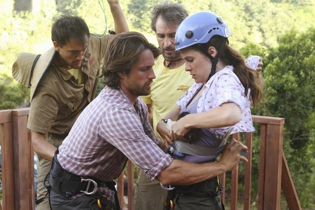 Caroline Dhavernas e Martin Henderson in un momento dell'episodio Saved by the Great White Hope di Off the Map