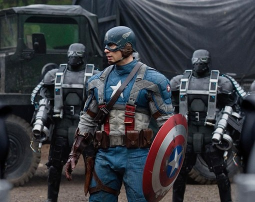 Chris Evans in tenuta da battaglia in Captain America: il primo vendicatore