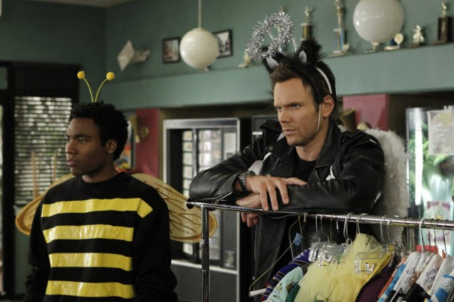 Donald Glover e Joel McHale nell'episodio Celebrity Pharmacology di Community