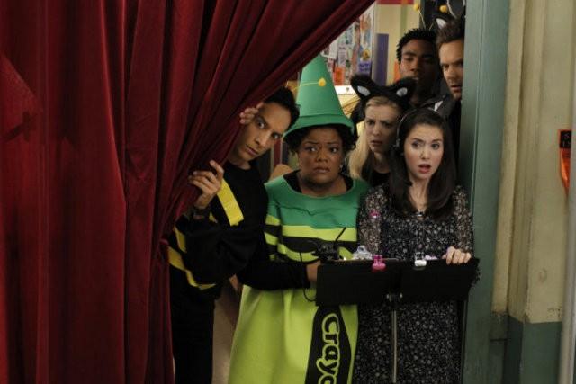 Donald Glover, Yvette Nicole Brown e Alison Brie nell'episodio Celebrity Pharmacology di Community
