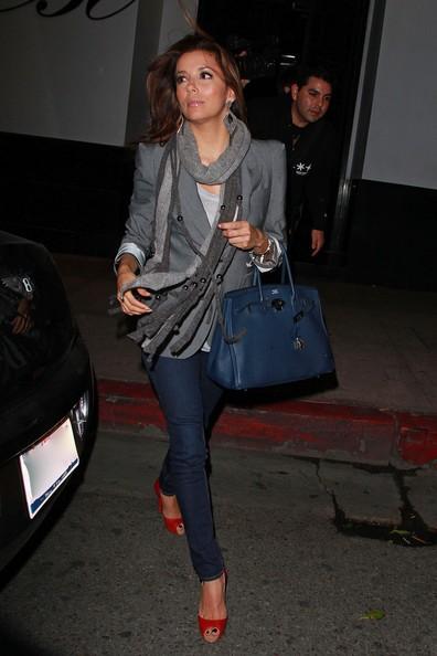 Eva Longoria con i suoi genitori, lascia il ristorante Beso