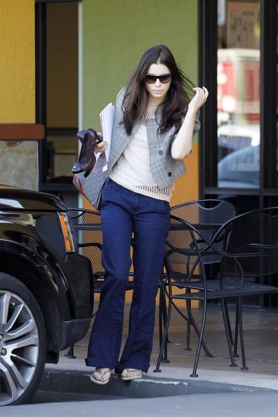 Jessica Biel esce da un salone di bellezza dopo una pedicure