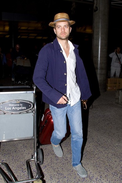 Joshua Jackson arriva all'aeroporto di Los Angeles