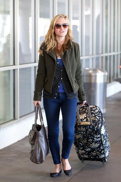 Julia Stiles è tutta sorrisi mentre arriva all'aeroporto di Los Angeles