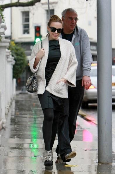 Kylie Minogue esce di casa sotto la pioggia