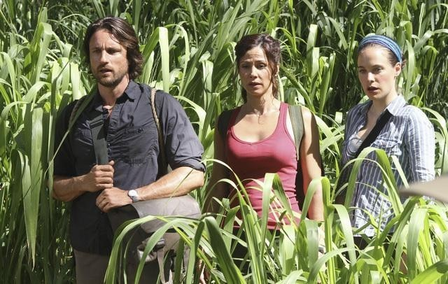 Valerie Cruz, Caroline Dhavernas e Martin Henderson nell'episodio Smile. Don't Kill Anyone di Off the Map