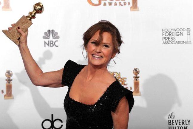 Melissa Leo alza al cielo il Golden Globe vinto per The Fighter di David O. Russell