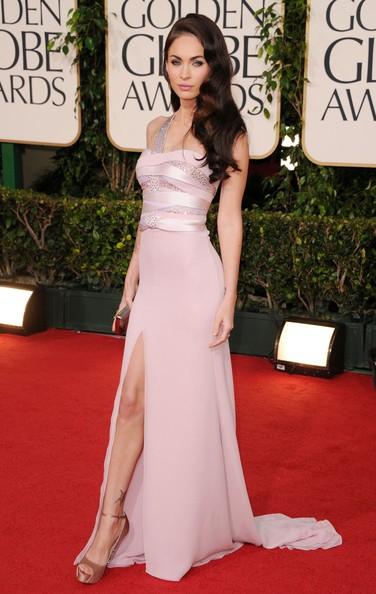 Golden Globes 2011, Megan Fox, fasciata in un abito rosa, sfila sul red carpet