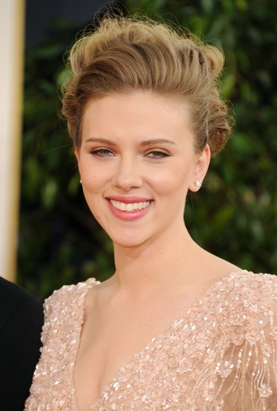 Golden Globes 2011, primo piano di Scarlett Johansson sul red carpet