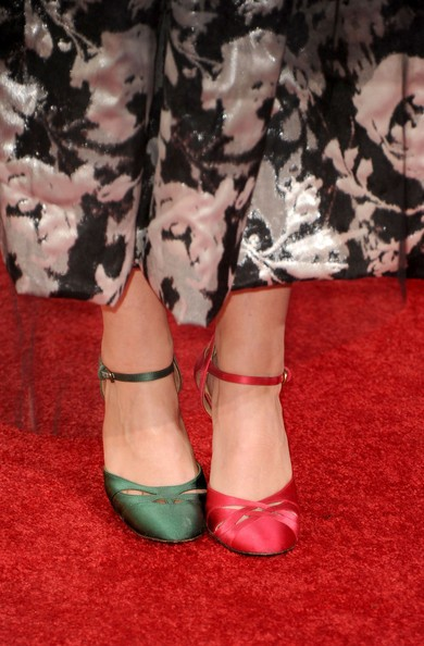 Golden Globes 2011, una Helena Bonham Carter calca il red carpet con una scelta estrosa in fatto di calzature.