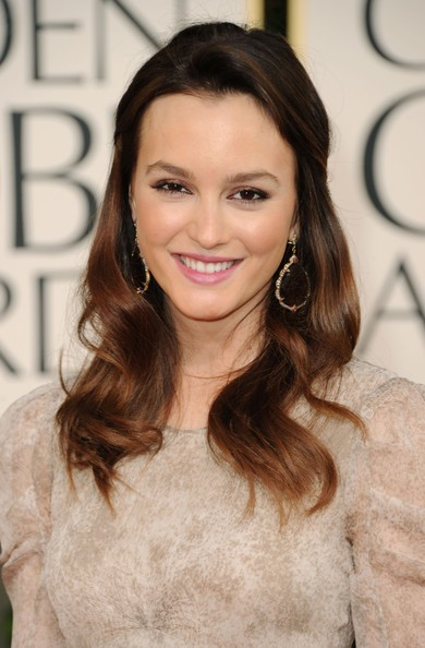 Golden Globes 2011, una sorridente Leighton Meester sfila sul red carpet
