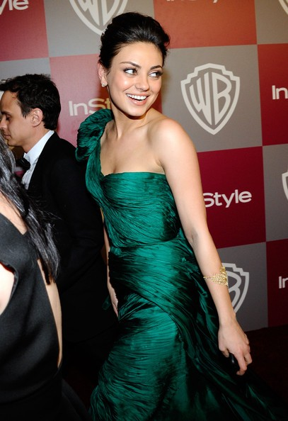 Golden Globes 2011, una sorridente Mila Kunis sul red carpet