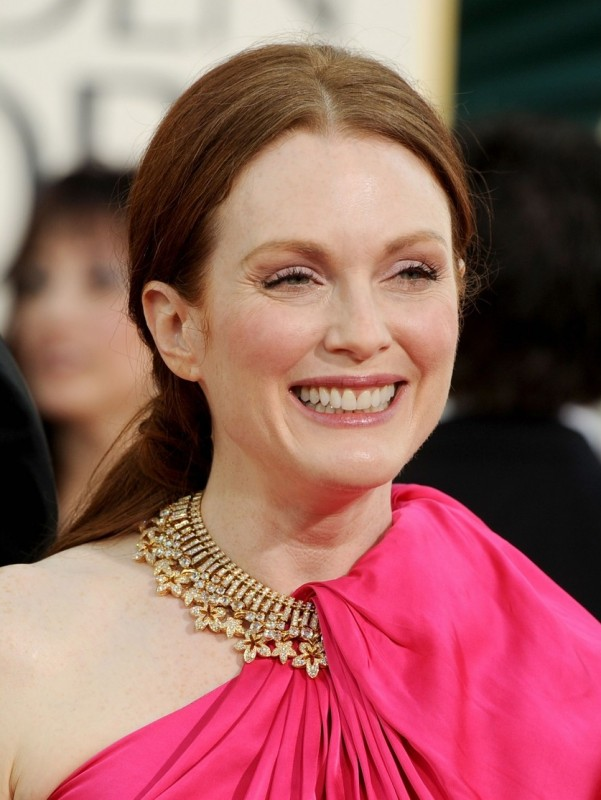 Julianne Moore raggiante sul red carpet dei Golden Globes 2011