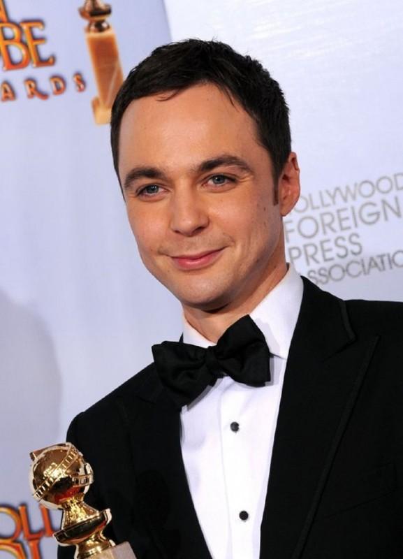 Un sorridente Jim Parsons con il Golden Globe ricevuto come migliore attore in una comedy series (The Big Bang Theory)
