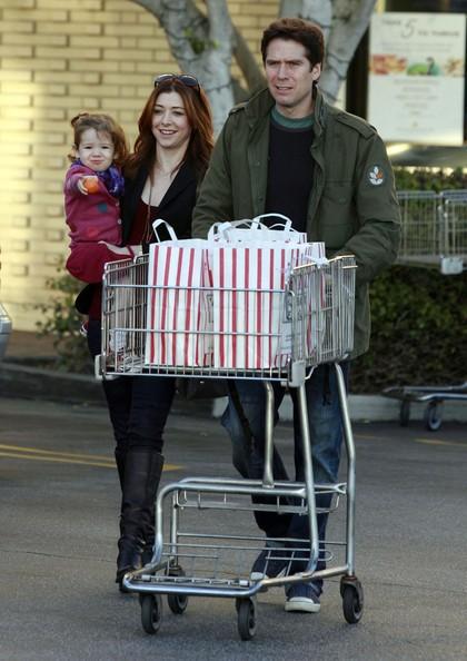 Alyson Hannigan, Alexis Denisof e la loro figlia Satyana fanno shopping al Foods Vicente in Brentwood