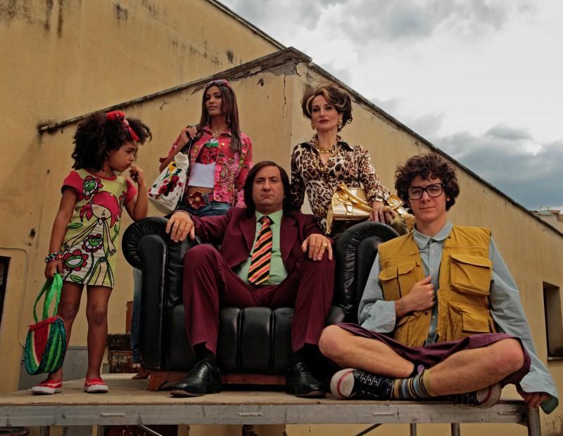 Antonio Albanese e Davide Giordano, beati tra le donne nella commedia Qualunquemente