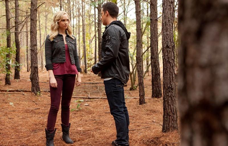 Candice Accola ascolta Michael Trevino nel mezzo del bosco in The Sacrifice di Vampire Diaries