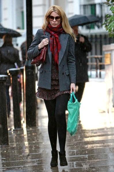 Claudia Schiffer passa da Starbucks dopo aver lasciato la scuola in cui studia suo figlio