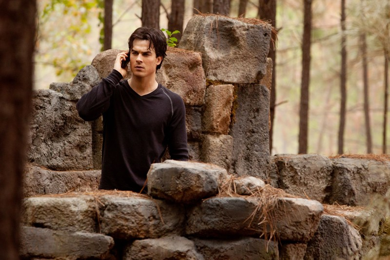Damon (Ian Somerhalder) al telefono con Rose nell'episodio The Sacrifice di Vampire Diaries