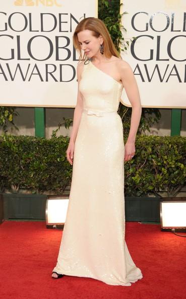 Golden Globes 2011, Nicole Kidman fasciata in un abito color champagne sul red carpet
