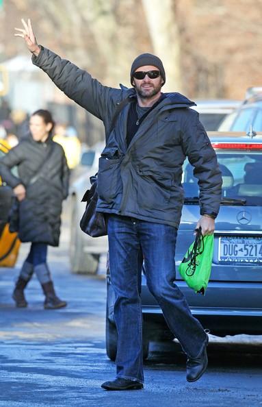 Hugh Jackman chiama un taxi nel West Village dopo aver preso la figlia Ava da scuola