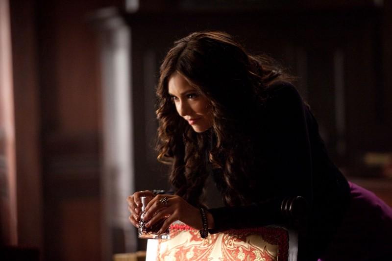 La diabolica Katherine (Nina Dobrev) in una scena dell'episodio Memory Lane di The Vampire Diaries