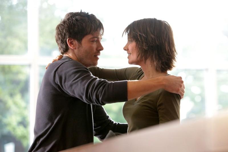 Lauren Cohan abbraccia Trevor Peterson nell'episodio Katerina di Vampire Diaries