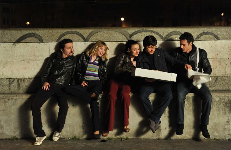 Luca Bizzarri, Barbora Bobulova, Ambra Angiolini, Ricky Memphis e Raoul Bova nel film Immaturi