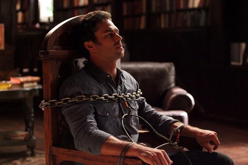 Mason (Taylor Kinney) legato in una scena dell'episodio Plan B di Vampire Diaries