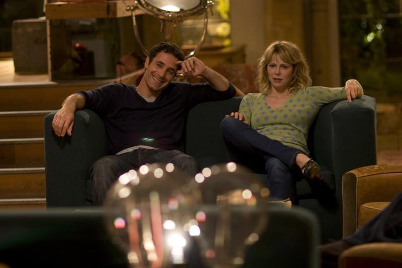 Raoul Bova e Barbora Bobulova in una scena del film Immaturi