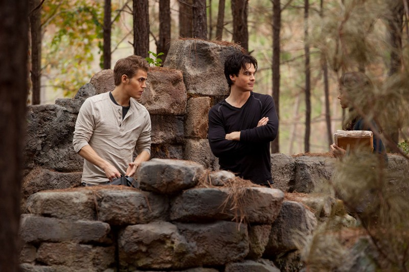 Stefan (Paul Wesley) e Damon (Ian Somerhalder) all'ingresso della cripta nell'episodio The Sacrifice di Vampire Diaries