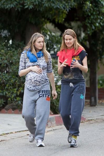 Alicia Silverstone in dolce attesa passeggia con un'amica sulle colline di Hollywood