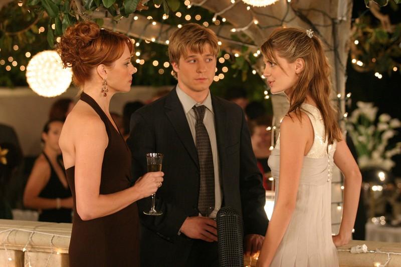 Benjamin McKenzie tra Melinda Clarke e Mischa Barton nell'episodio La festa di tutti di The O.C.
