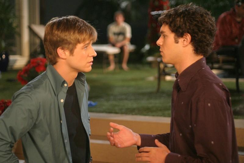 Ryan (Benjamin McKenzie) parla con Seth (Adam Brody) nell'episodio Conto alla rovescia di The O.C.