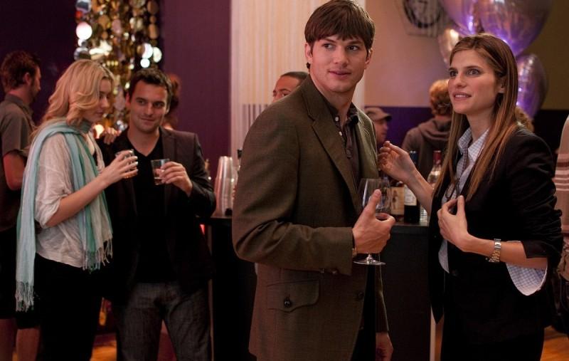 Ashton Kutcher con Lake Bell in una scena della commedia No Strings Attached